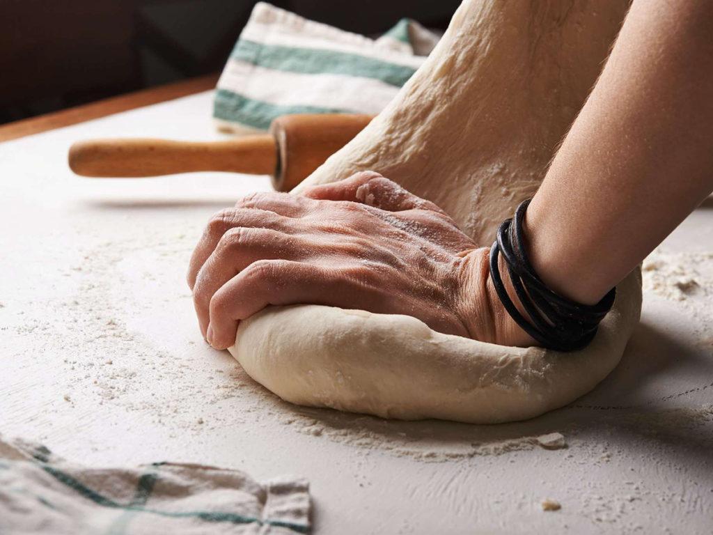 Hombre amasando un pan para explicación de que es Slow Life